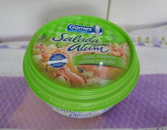 salada com atum, batata, maionese, azeitonas e salsinha