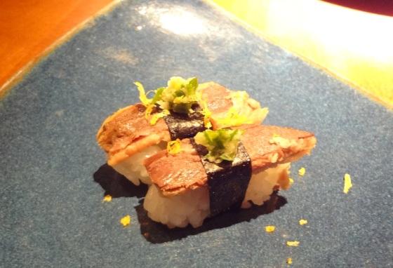 Temarizushi de filé de sardinha com limão e crispy com ovas