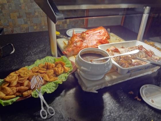 O bom era que quase todos os dias teve paella, uma das melhores opções do restaurante!!  E claro, diversas opções de carnes, frangos, arroz, feijao preto, feijão branco, mandioquinhas fritas, bananas, fritas, etc etc etc... :D