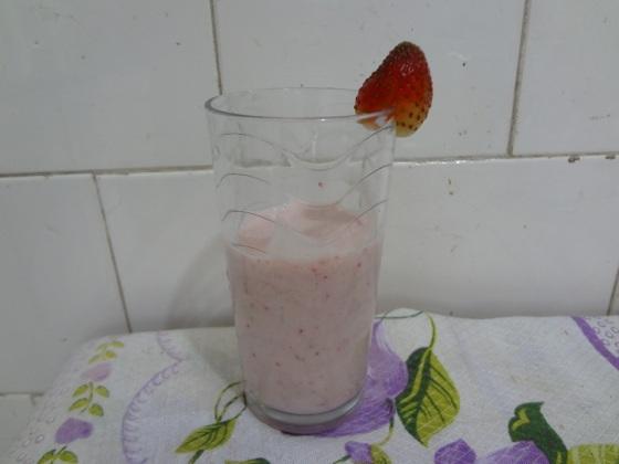 smoothie de banana com morangos
