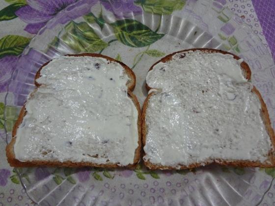 pão com creme de ricota e geleia