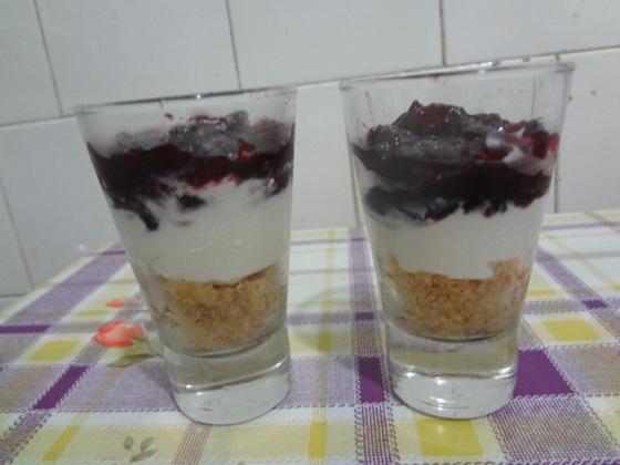 cheesecake de ricota e geleia de frutas silvestres