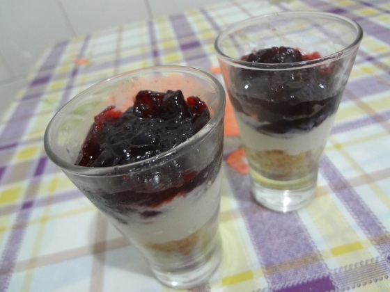 cheesecake de creme de ricota e geleia de frutas silvestres