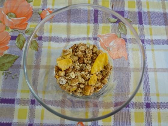 iogurte com granola, geleia e morango