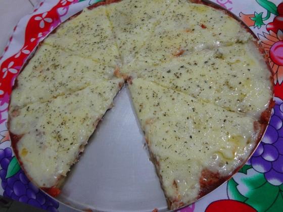 pizza de atum com catupiry e massa de pão de queijo